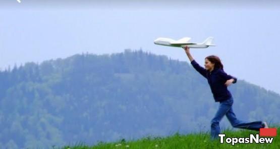 Девочка, самолёт, трава, горы, игра