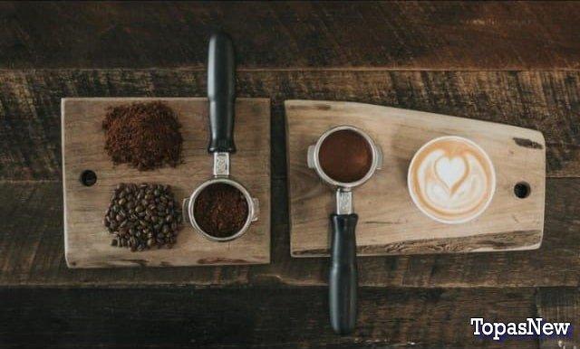 Молотый кофе и зёрна на столовой доске - картинка